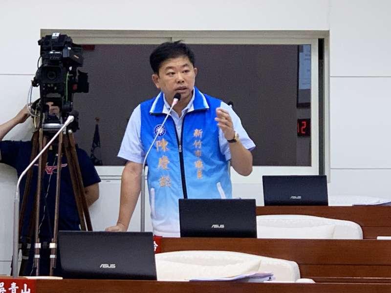 議員陳慶齡質詢指出,財政部近日對各縣市的例行財政考核中,新竹市竟然被評為全國倒數第一名。(圖/新竹市議會提供)