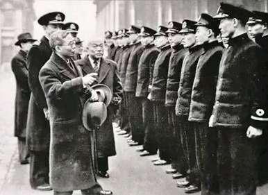20190610-第二次世界大戰結束後,擔任中華民國政府末代駐英大使的鄭天錫(1884~1970)接見赴英國留學並準備接艦的中華民國海軍軍官。(作者提供)