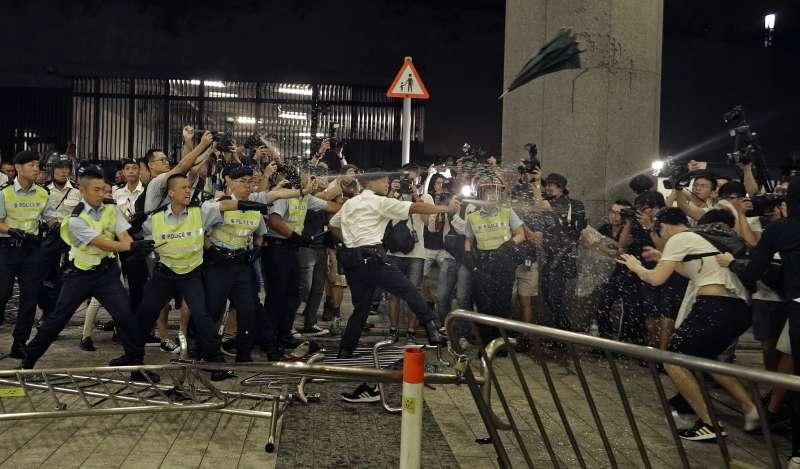 2019年6月10日凌晨,香港警方對「反送中大遊行」示威者動用胡椒噴霧。(AP)