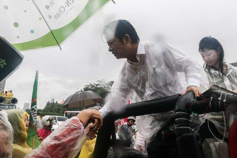 20190611-前行政院長賴清德壯大台灣車隊遊行抵達終點,支持者冒雨前來參與。(蔡親傑攝)