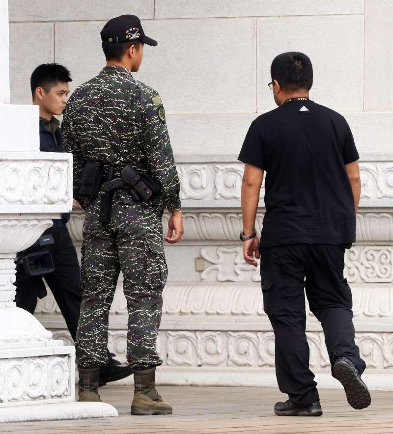 20190612-部分軍方單位即在更早以前就裝備電擊槍執勤,包括忠烈祠儀隊人員(圖)、後備指揮部所屬單位衛哨。(蘇仲泓攝)