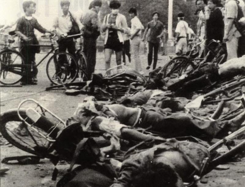 20190612 upload-新新聞0118期-六四事件、北京大屠殺-騎自行車的學生慘死在天安門廣場上。(美聯社)