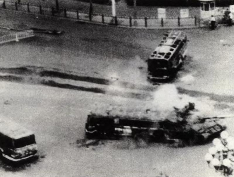 20190612 upload-新新聞0118期-六四事件、北京大屠殺-坦克衝過人民以燒毀公車所設的路障。(美聯社)