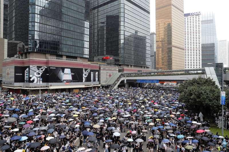 反對《逃犯條例》修法的香港民眾在立法會附近佔領道路,整個立法會都被包圍。(美聯社)