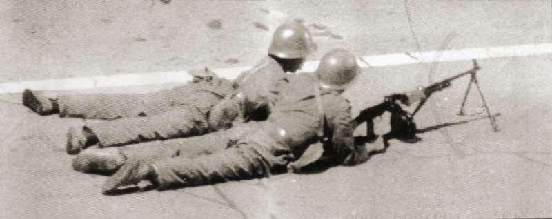 20190613 upload-新新聞0118期-六四事件、北京大屠殺(2-2)-兩位解放軍在道路的叉口擺設輕型機槍,準備攻擊群眾。(美聯社)