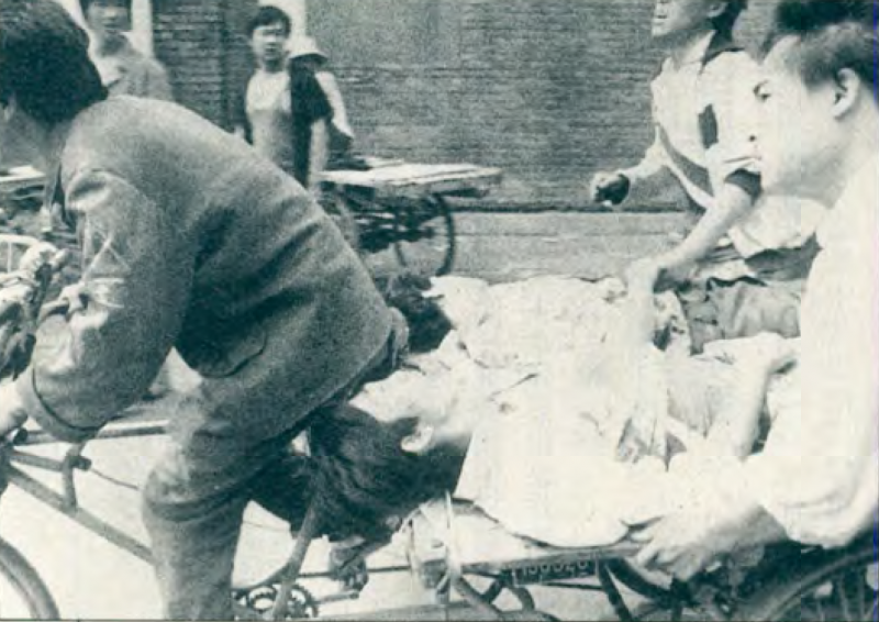 20190613 upload-新新聞0118期-六四事件、北京大屠殺(2-5)-民眾用板車拉走受傷的人員。(美聯社)