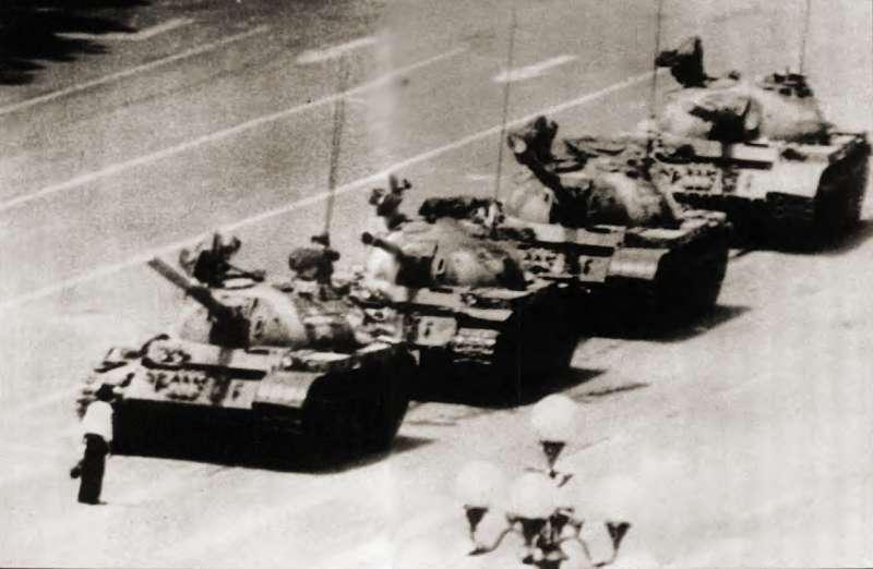 20190613 upload-新新聞0118期-六四事件、北京大屠殺(2-7)-一名勇敢的北京市民,隻身抵擋數十輛的戰車,這一幕使得全世界的人為之感動不已。(美聯社)