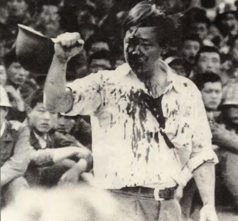 20190613 upload-新新聞0118期-六四事件、北京大屠殺(2-8)-在人民大會堂前,一名工人控訴解放軍的罪行。(美聯社)