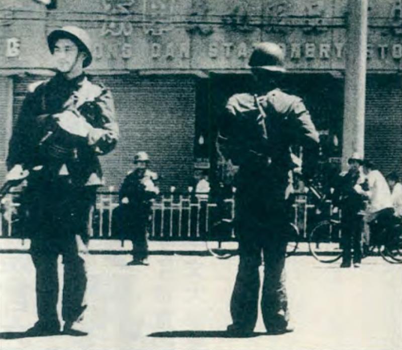 20190613 upload-新新聞0118期-六四事件、北京大屠殺(2-9)-北京市的東單附近,解放軍持槍戒備。(美聯社)