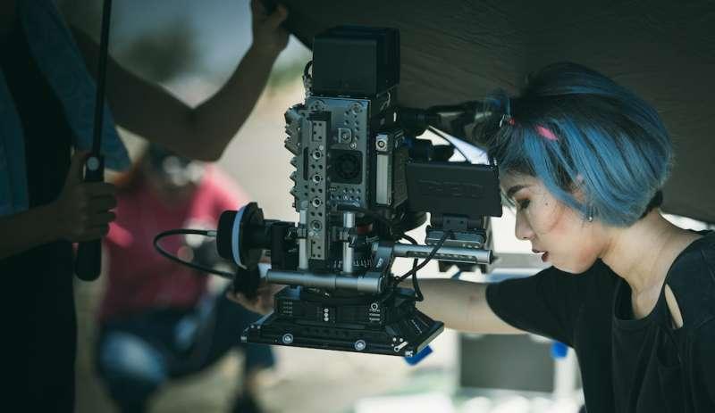 作品拍攝側拍畫面,攝影大助陳榆雯校友協助鏡頭準焦。(圖/徐炳文攝)