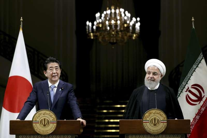 2019年6月12日,日本首相安倍晉三出訪伊朗,與伊朗總統魯哈尼(Hassan Rouhani)會晤。(AP)
