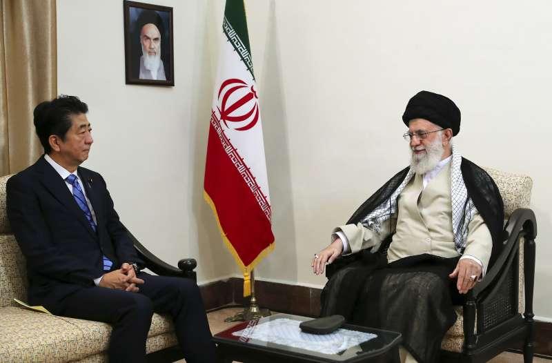 2019年6月13日,日本首相安倍晉三出訪伊朗,與伊朗最高領袖哈米尼(Ali Khamenei)會晤。(AP)