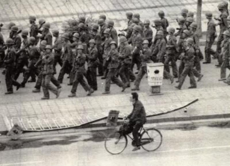 20190613 upload-新新聞0118期-六四事件、北京大屠殺(4-2)-二十七軍控制廣場之後,仍然到處巡邏示威。(美聯社)