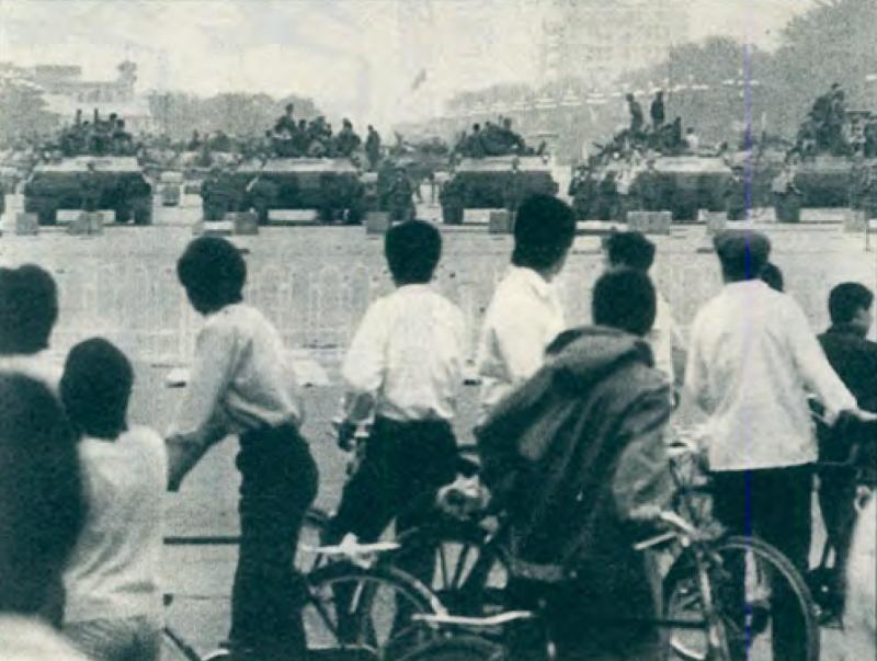 20190613 upload-新新聞0118期-六四事件、北京大屠殺(4-4)-群眾趁時有被殺的危險,只能遠遠地觀看二十七軍的動向。(美聯社)