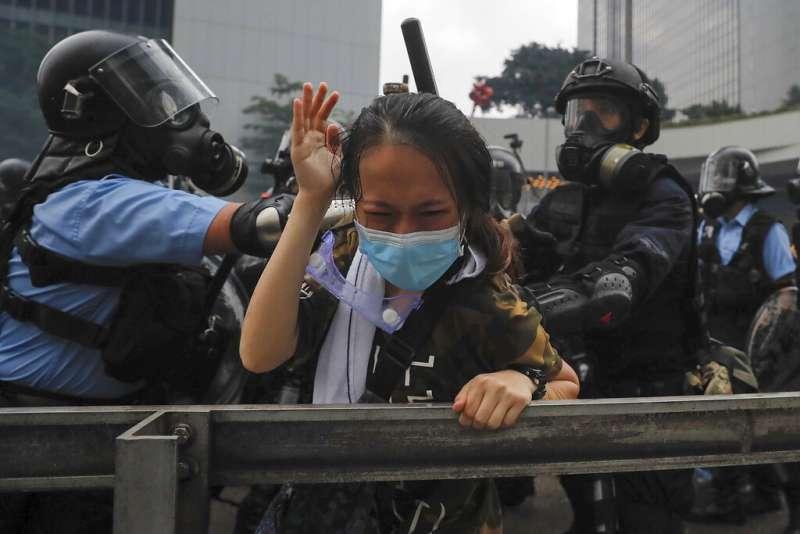 香港的「反送中」爭議12日在金鐘街頭上演流血衝突。(美聯社)