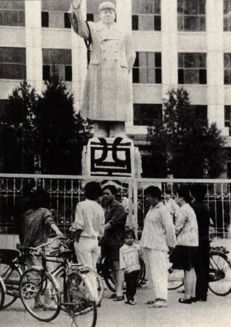 20190613 upload-新新聞0118期-六四事件、北京大屠殺(3-4)-北京的毛澤東銅像也被民眾掛起追悼的布條。(美聯社)