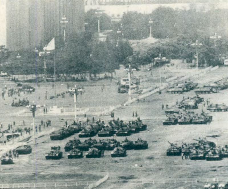 20190613 upload-新新聞0118期-六四事件、北京大屠殺(3-2)-天安門廣場前停放了許多二十七軍的戰車。(美聯社)
