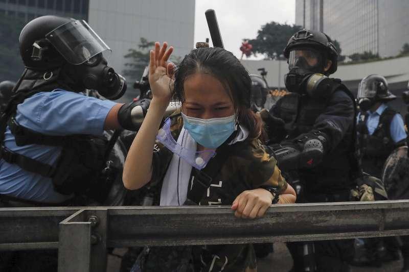 2019年6月12日,香港「反送中行動」引爆警民衝突,港警鐵腕鎮壓示威群眾(AP)