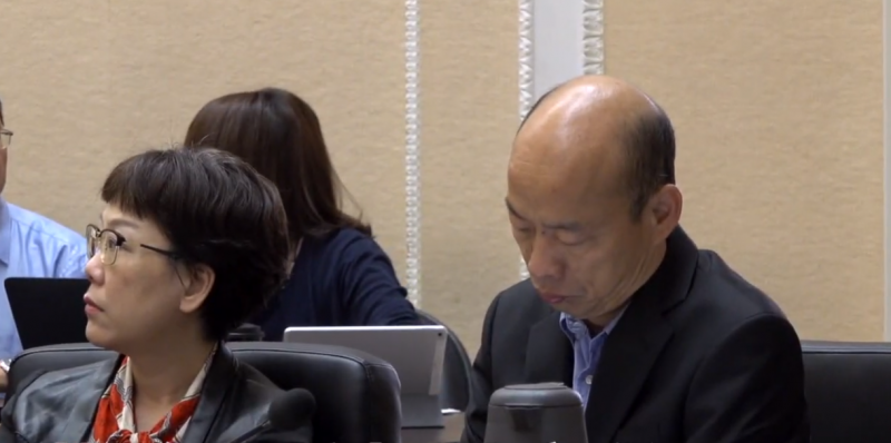 20190614-高雄市長韓國瑜(右)13日出席行政院院會,而後行政院將部分畫面剪成影片配上字幕並對外公布,引發高雄市政府不滿。(擷取自行政院YouTube影片)