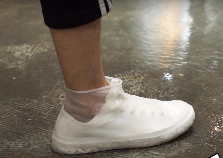 市面上有販售許多雨鞋套。他的材質是PVC,結實耐用,走久了也不怕被磨破。(圖片擷取自Youtube)