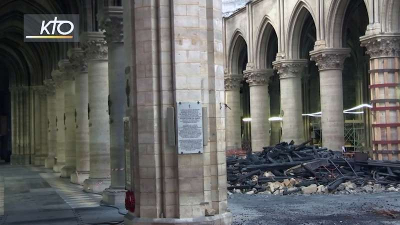 2019年6月15日,法國巴黎聖母院(Notre-Dame)舉行火災後的首場彌撒,現場瓦礫仍散落一地。(AP)