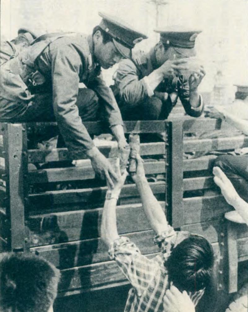 20190616 upload-新新聞0119期-六四事件、北京大屠殺(7-1)-像這種鏡頭就是中共所要的,因為它顯示了人民和解放軍的親善關係。(美聯社)