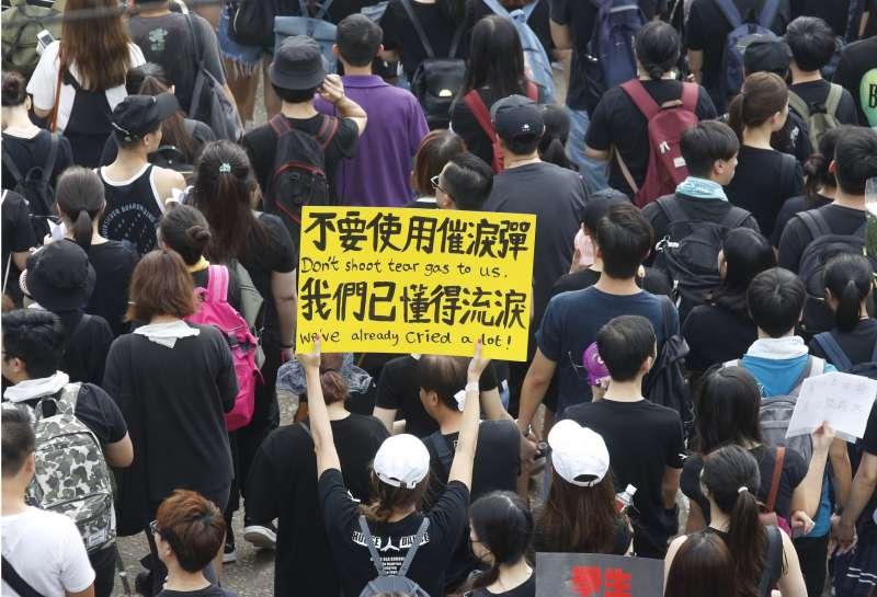 標語「不要使用催淚彈,我們已懂得流淚」 20190616_香港「反送中」大遊行。(新新聞郭晉瑋攝)