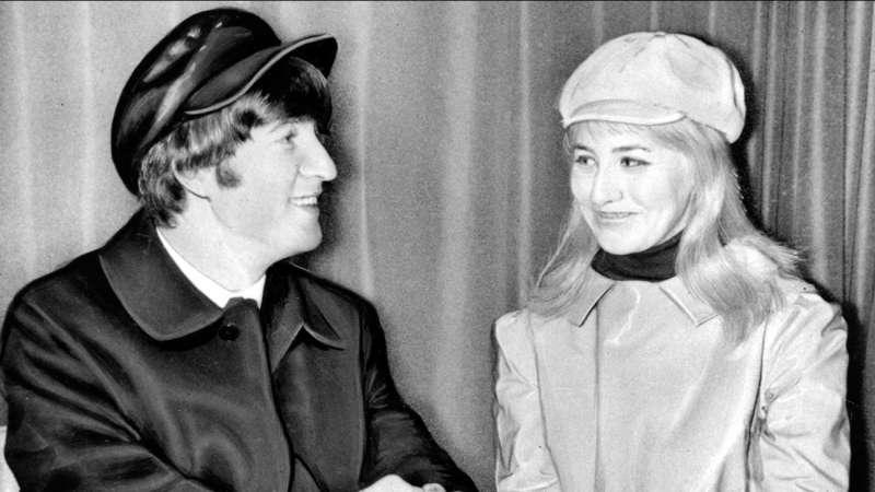 1964年2月7日,約翰藍儂與當時的妻子辛西亞(美聯社)