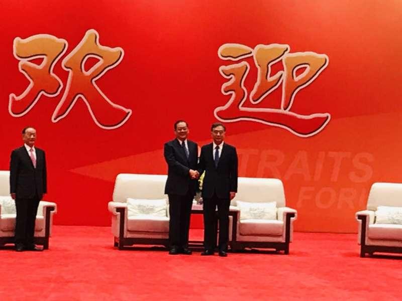 第11屆海峽論壇16日上午舉行開幕式,國民黨副主席兼秘書長曾永權會前率參訪團成員會見中國政協主席汪洋。(國民黨提供).jpg