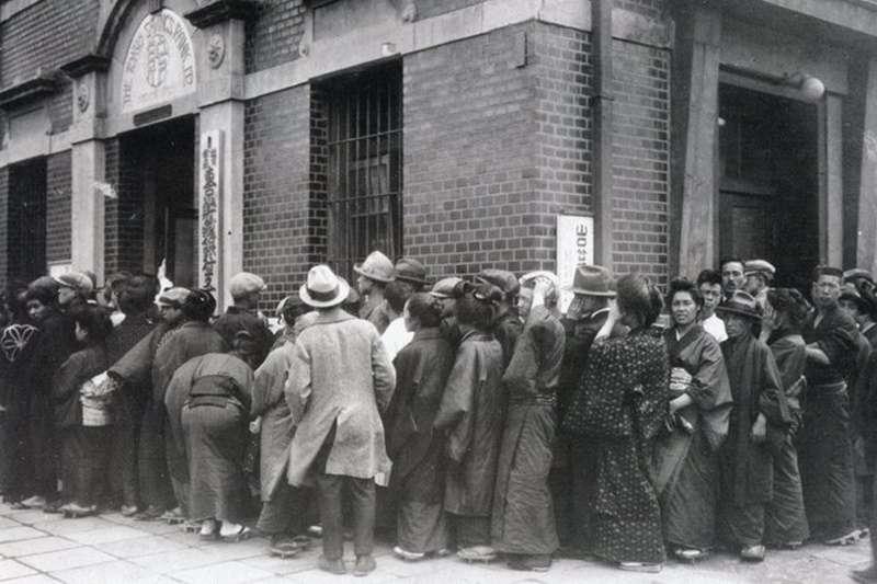 1927年擠兌.昭和金融恐慌(圖/鈴木商店紀念館)https://jaa2100.org/suzukishoten-museum/detail/013996.html