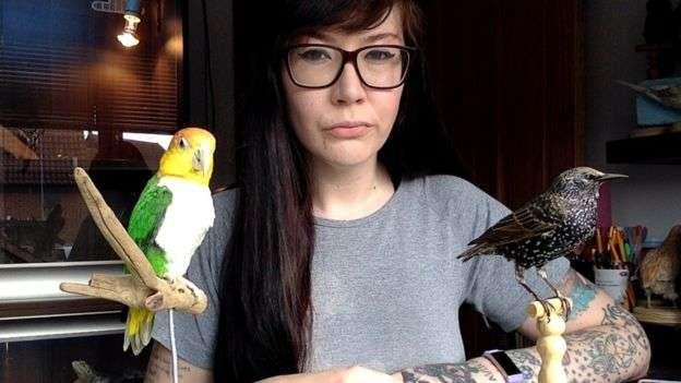 德南和他的鳥類標本,其中一隻被貓殺死後,它的主人把它給了德南。(BBC中文網)