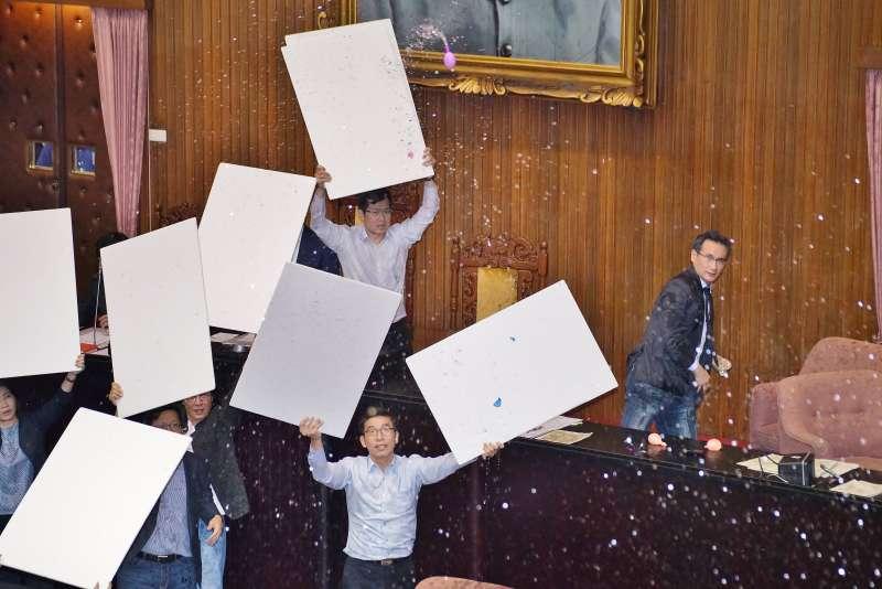 20190617-立法院臨時會審公投法,國民黨團丟水球抗議。(盧逸峰攝)