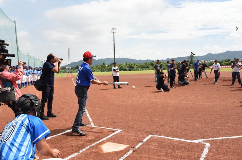 鴻海董事長郭台銘在南投棒球場親自擔任投手,由南投縣長林明溱打擊,兩人顯然是有備而來。(圖/南投縣政府提供)