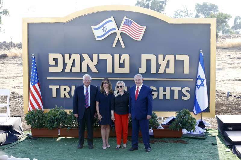 2019年6月16日,以色列總理納坦雅胡(右)與美國駐以色列大使佛里曼(左)為「川普高地」揭幕。(AP)