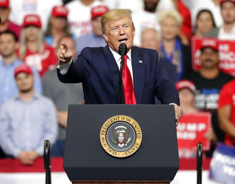 美國總統川普18日晚間現身佛羅里達州中部城市奧蘭多,正式宣布參加2020年總統選舉。(AP)