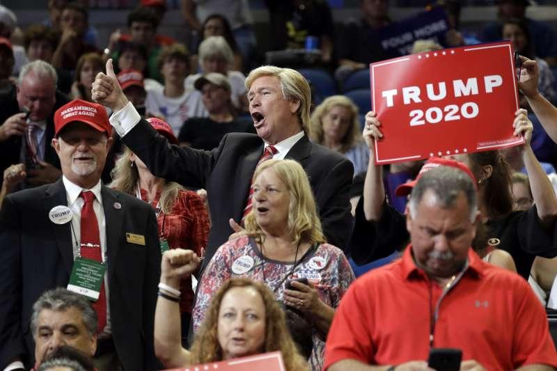 美國總統川普18日晚間在佛羅里達州舉行造勢大會,一名支持者打扮成他的模樣(美聯社)