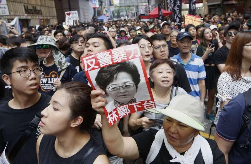 警方大力鎮壓群眾,被認為事前得到林鄭月娥批准。(郭晉瑋攝)