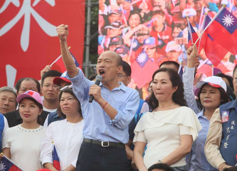 連續幾場造勢大會,站在韓國瑜(中)旁的幾乎都是地方派系頭頭。(柯承惠攝)