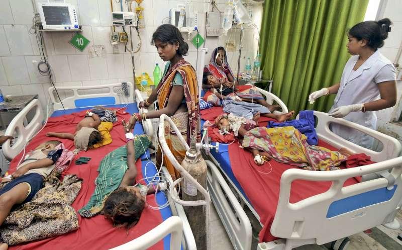 印度東北部比哈爾邦穆扎夫法爾普爾的許多兒童罹患病因不明的急性腦炎入院治療,研究人員認為很可能與這些孩子空腹吃大量荔枝有關(美聯社)