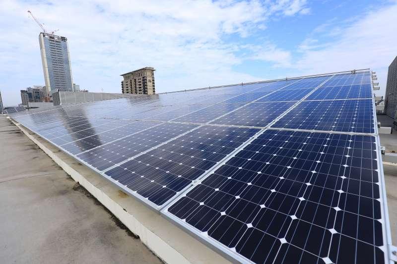 20190620-台中市經發局表示,中市府積極推動各項再生能源措施,由公務機關帶頭做起,並要求企業善盡企業社會責任,進而鼓勵民眾參與。圖為台中市政府市政中心屋頂的太陽能發電裝置。(台中市府提供)