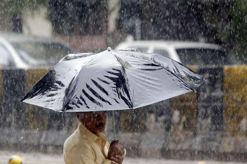 印度今年的雨季遲來,導致該國迎來有紀錄以來史上第二長的熱浪紀錄(美聯社)