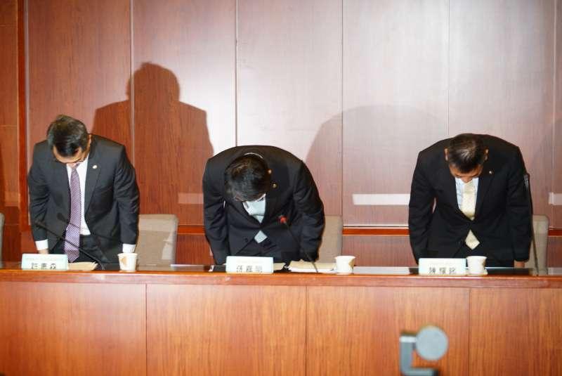 20190620-長榮航空召開記者會,總經理孫嘉明率領主管鞠躬致歉。(盧逸峰攝)