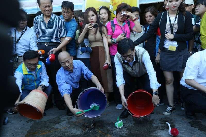 高雄市長韓國瑜(左)與副院長陳其邁合體,一起到這次登革熱疫情最嚴重的鼎金里獅湖市場視察。(圖/徐炳文攝)