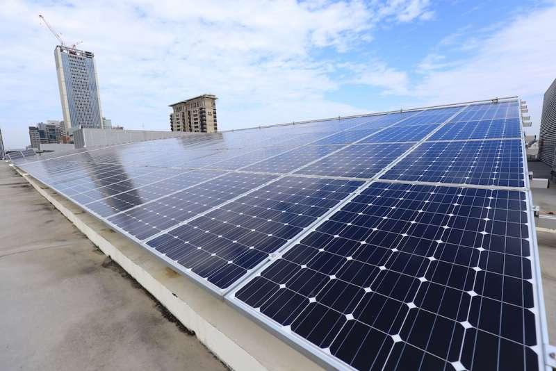 台中市政府台灣大道市政中心屋頂太陽能發電裝置。(圖/台中市政府提供)