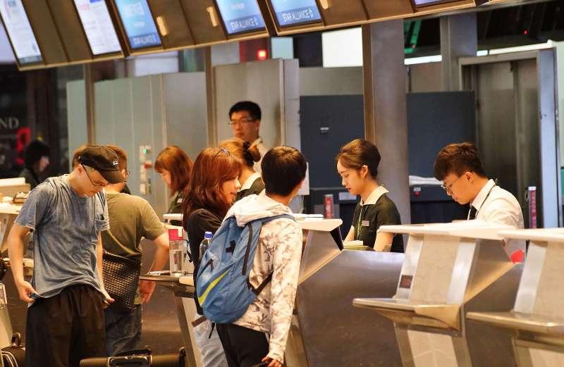 20190620-長榮航空地勤為旅客辦理登機手續。(盧逸峰攝)