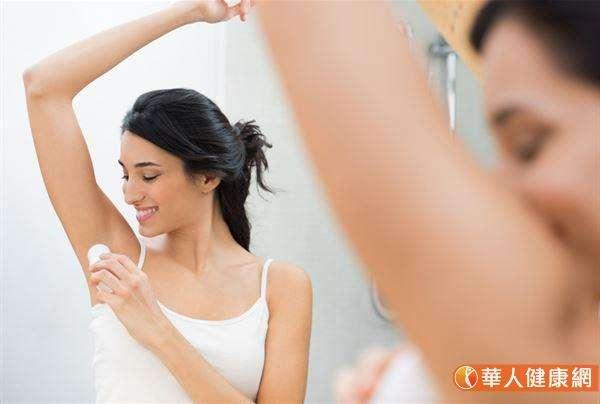 止汗劑和防曬乳不同,不需要在白天反覆補充,更不是等到外出前才使用。若想要讓鋁鹽滲入汗腺,發揮預期的止汗作用,建議應該在睡覺前,身體洗淨、肌膚乾爽,不會再因活動而流汗的時機使用。(圖/華人健康網提供)