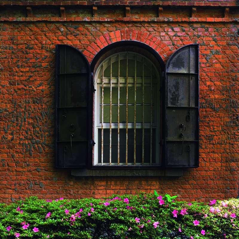 20190620-配合窗型的鐵門厚實沉重。(下村忍攝,榻榻米出版提供)