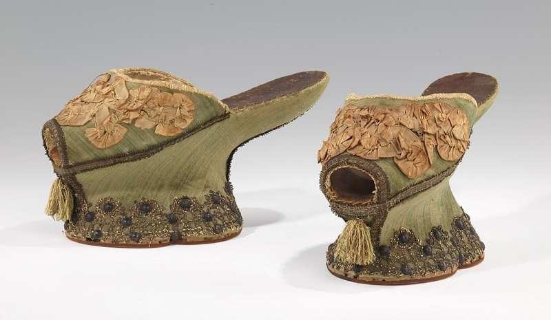 16世紀的綠絲綢面料厚底鞋,現藏於大都會藝術博物館。(圖/作者提供)