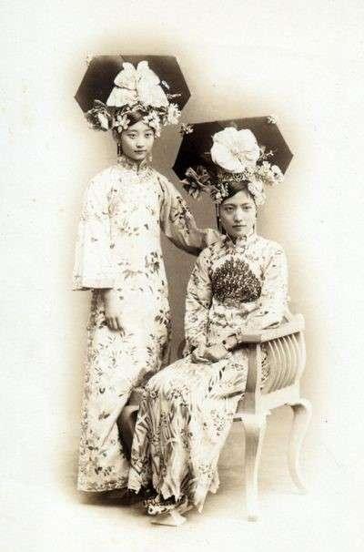 身穿元寶底旗鞋的完顏童記(左)與穿花盆底的閨蜜孟小冬(右)。(圖/作者提供)