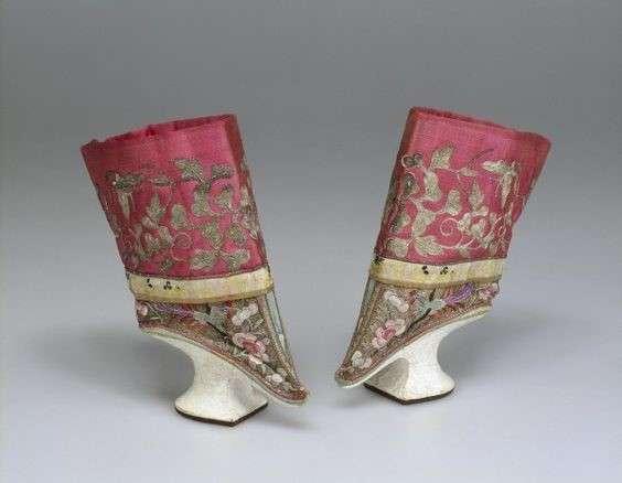 高底旗鞋與弓鞋的混合鞋款。(圖/作者提供)